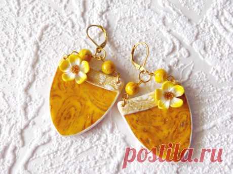 Подарок своими руками из полимерной глины: Желтые серьги с поталью
