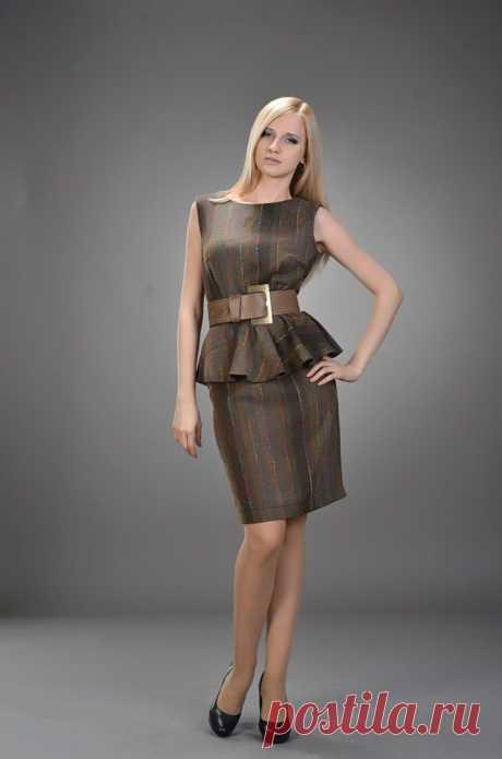 платье с воланом на талии из коричневой костюмной ткани с переходом цвета, отрезное. Актуальный крой  с воланом по талии,  сидящее четко по фигуре.  р 42-44