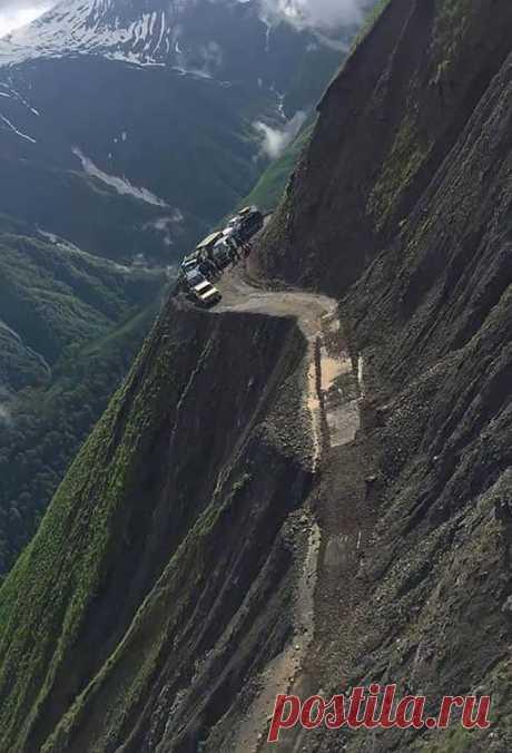 Facebook Тушети. Дорога входит в десятку самых опасных дорог мира.
