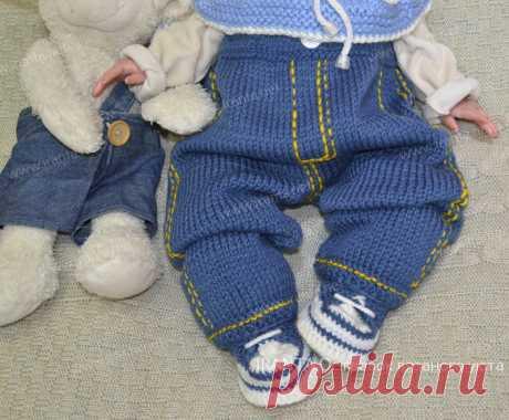 Джинсовый костюм для малыша: штанишки и пинетки Описание, схемы для вязания джинсового костюма для новорожденного: штанишки-джинсы с ластовицей спицами и пинетки-кеды крючком на шнуровке.