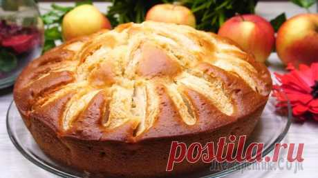 Быстрый пирог на кефире с яблоками Быстрый пирог на кефире с яблоками. Обязательно возьмите себе этот рецепт на заметку. Рецепт хорош тем, что готовится достаточно быстро: десять минут на приготовление самого теста и плюс время на выпе...