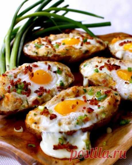 Яйца, запеченные в картофеле в мундире