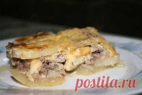 Мясная запеканка  Просто вкусно...  Ингредиенты:  - картофель (6шт),  - фарш свинина+говядина (400г), - грибы (100-150г),  - лук (1шт),  - сметана (1 стакан),  - яйцо,  - чеснок (2 дольки),  - соль, перец.  Приготовление: Картофель очистить и нарезать тонкими ломтиками. Лук порезать полукольцами. Грибы порезать небольшими кубиками, смешать с фаршем и приправить солью и перцем.  Для заправки: сметану смешать с пропущенным через пресс чесноком, добавить сырое яйцо, соль, пер...