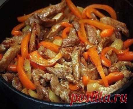 Отставить сладкое! Мужчина любит мясо! Готовим мясо по-тайски Ингредиенты: - Мясо - Перчик сладкий - Молоко - Карри - Соус соевый - Соль по вкусу - Масло для жарки Приготовление: 1. Мяско тоненько режем. Перчик режем кто как любит. 2. Раскаляем сковородочку или казанчик, наливаем маслица и закладываем мяско. Слегка обжариваем, затем тушим в собственном соку. 3. Как жидкость испарится, заливаем молочко и ставим на медленный газ. Тушим пока молочко не испарится. 4. После того закладываем перчик и