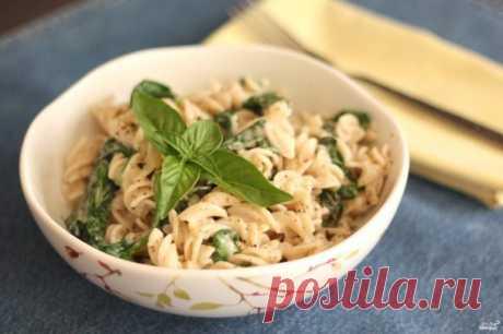 Паста со шпинатом. Легкая паста со шпинатом, базиликом и тертым сыром - отличное блюдо для быстрого и не слишком калорийного обеда или ужина.