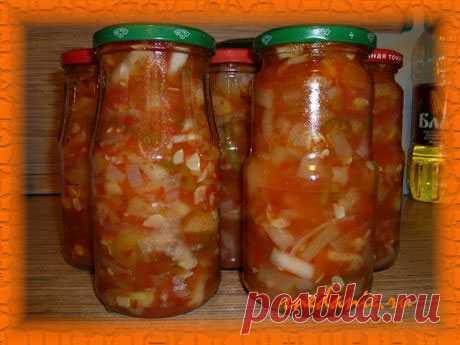 La ensalada de los calabacines, los tomates y el pimiento para el invierno (2 variantes)