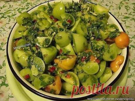 Помидорки-обжорки   Ингредиенты:  - 1 кг помидоров зеленых  - 1 столовая ложка соли  - 1 столовая ложка сахара  - 70 мл уксуса  - 5-7 зубчиков чеснока  - 1 перец горький  - зелень петрушки и сельдерея   Вымытые овощи и зелень надо подготовить: помидоры разрезать на дольки, зелень порубить, чеснок пропустить через чесночницу, горький перец нарезать мелко.   Все перемешать и оставить на пару часов.  Наполнить банки. Воды не добавляется НИ КАПЛИ! Позже банка наполнится соком....