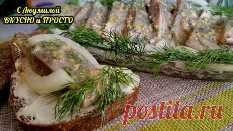 Необычная закуска из селёдки - селёдка в пикантном соусе (соус съедается быстрее рыбы)  Ингредиенты: филе 1-2 слабосолёных сельди 1 небольшая луковица пучок зелёного лука 5 веточек укропа 2 ст.л. растительного масла 1/2 ч.л. лимонного сока чёрный молотый перец соль Приготовление: 1. Уложить филе сельди в глубокую миску, сбрызнуть лимонным соком, поперчить и слегка размять вилкой. 2. Луковицу почистить, нарезать не очень тонкими полукольцами и уложить на сельдь. 3. Укроп промыть, обсушить и мел…