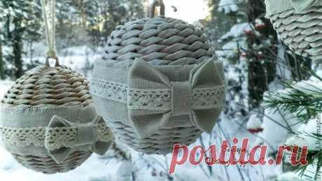 Плетем шар на елку из бумажной лозы