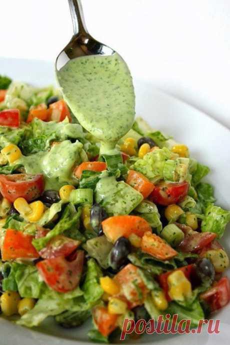 Овощной салат с соусом из авокадо  Ингредиенты:  Салат ромен 1 пучок Фасоль красная консервированная 400 г Помидоры черри 400 г Перец болгарский оранжевый 1 штука Кукуруза консервированная 200 г Лук зеленый 5 стебелей Кинза (кориандр)…