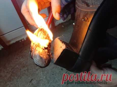 Делаем обувь нескользкой Делаем обувь нескользкойИспользуем капроновый носок.Взять носок плоскогубцами, зажечь и, когда капрон начнет таять и капать, подставить подошву и равномерно покрыть ее этими каплями.Пока капли не остыли, посыпать их песком.Лучше брать крупный, строительный...
