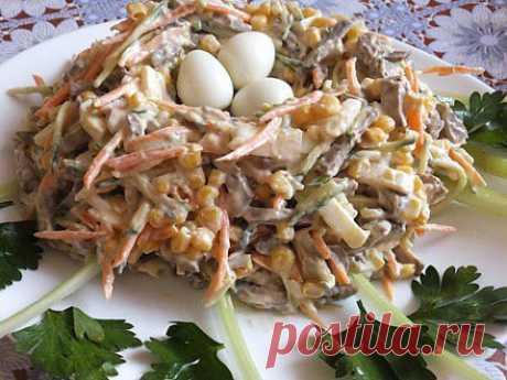 """Обалденный салатик """"Гнездо кукушки""""  Обалденный салатик """"Гнездо кукушки""""  Нам потребуется: Печень говяжья - 500 г Кукуруза консервированная – 1 банка Морковь - 2 средние штуки Огурец – 2 средние штуки Перец черный свежемолотый – по вкусу Яйца куриные (в салат) - 4 шт. Яйца перепелиные (в """"гнездо"""") — 3-5 шт. Майонез – несколько столовых ложек"""