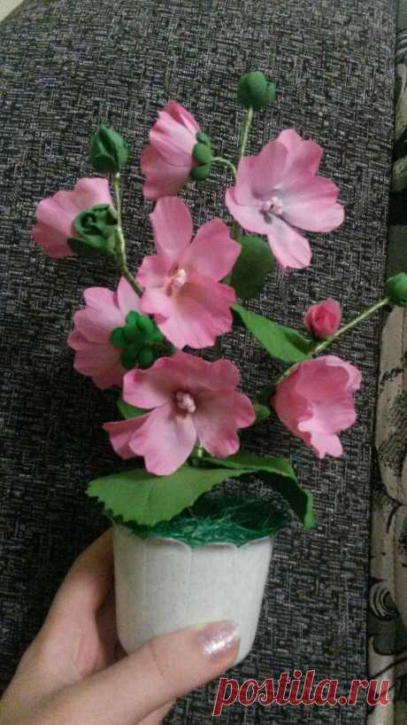 Этот нежный цветок- лавтера , радует меня и моих близких в зимние деньки. Изготовлен по мастер классу ирины Горячевой