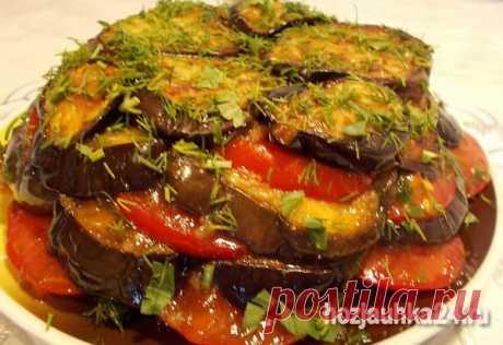 Las berenjenas con los tomates y el ajo