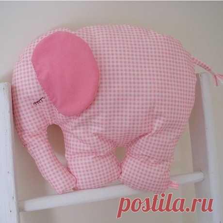 Слоненок. Если сшить эту игрушку очень крупной, то можно использовать как подушечку.