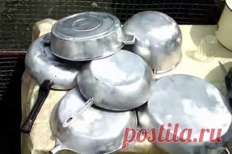 ЧИСТИМ СКОВОРОДКИ ДО БЛЕСКА!!! ингредиенты: 1/2 чашки соды 1 чайная ложка жидкости для мытья посуды 2 столовые ложки перекиси водорода Смешиваем до тех пор, пока не станет похоже на взбитые сливки (при необходимости доливаем еще перекиси), наносим на грязную поверхность и оставляем минут на 10. После этого берем жесткую губку, хорошенько трем и смываем всё! Всё просто, чисто, и безопасно! #хозяйке