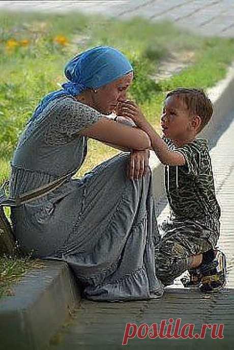 Коль обидел мать - проси прощенья . Грех ее родную обижать . Бог ей дал великое терпенье . За тебя всю жизнь переживать.