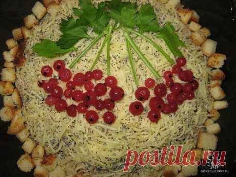 Салат «Гроздья рябины» с копченой курицей.