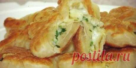 Кефирные конвертики с сыром и зеленью. Всегда готовлю, когда хочется вкусненкого. Замечательное угощение - Вкусные рецепты - медиаплатформа МирТесен Ингредиенты: Тесто: кефир — 1 стаканмука — 2 стаканасоль, сахар по вкусу Начинка:сыр,зелень,сырое яйцо. Приготовление: Смешать кефир и муку, добавить сахар и соль. Замесить упругое тесто и оставить его постоять 40 минут в тепле.Затем делим тесто на две части.