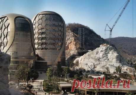 Отель в Китае, для которого из карьера вырезали двух львов  (Фото: Getty Images)  Скульптура на заказ https://vk.com/sculpture_na_zakaz_spb  #скультптура #статуя #лев #скульптураспб #статуяспь #ландшафт #скульптор #скульпторспб
