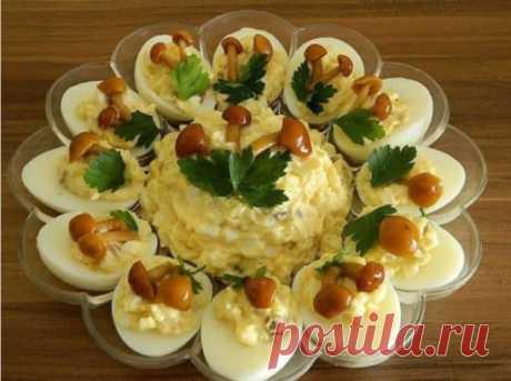 ВКУСНЕЙШИЙ и КРАСИВЕЙШИЙ Яичный салат с ОПЯТАМИ ИНГРЕДИЕНТЫ: яйца — штук 6, картофель — 3 штуки средних грибы — грамм 100. Приготовление: Тут можно на свой вкус соотношения брать: кто — то больше яйца любит — можно яиц больше взять, будет салат более яичный. Взять картошки поболее — будет салат более картофельный. А кто более пряности любит и хрустинку — то грибочков больше добавить. Отварить яйца вкрутую. Часть из них разрезать на половинки, вынуть желтки. Оставшиеся целые яйца и вынутые желт