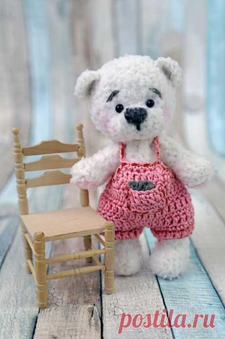 Вязаный медвежонок в штанишках. :) Описание   источник: https://www.crazypatterns.net/de/blog/1085/haekelanle.. Автор перевода: Лидия Гуреева  источник: https://vk.com/wall-75671529_2464