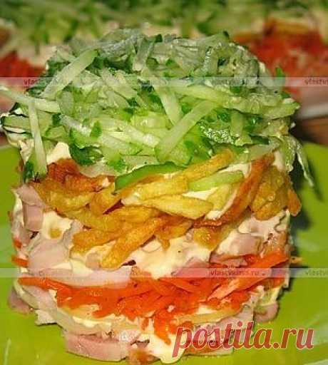 Салат с копчёной курицей и картошкой фри.