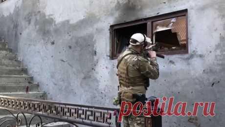 Потери среди силовиков: как в Чечне ликвидировали банду боевиков В Грозном во время контртеррористической операции погибли трое силовиков: два сотрудника Росгвардии и полицейский были убиты в перестрелке. В ходе столкновения были уничтожены члены неустановленной группировки, планировавшей теракты.