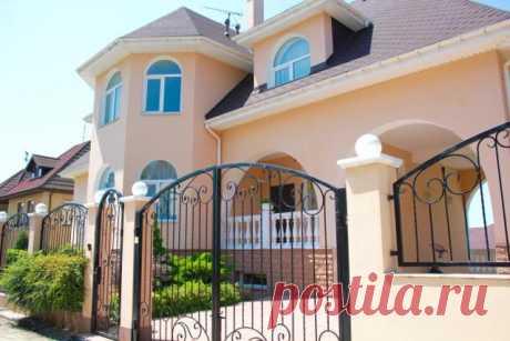 Сдаётся коттедж с бассейном в Сочи. Дом в Дагомысе, имеет 5 спальных комнат,гостиная. Баня и бассейн.