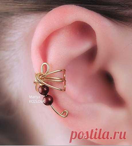 """Kaff """"Яркая Разведчица"""" - Swarovski's pearls \u000d\u000a\u000d\u000aSmall bright strekozka - kaff (ear cuff). This model of a kaff can be carried as on the right ear - photo cm, and on left - if on the left ear, then Strekozka will be """"лететь"""" in the direction to an ear lobe)).\u000d\u000a\u000d\u000a The size of a kaff of S - on an ear with quite narrow hryashchik."""