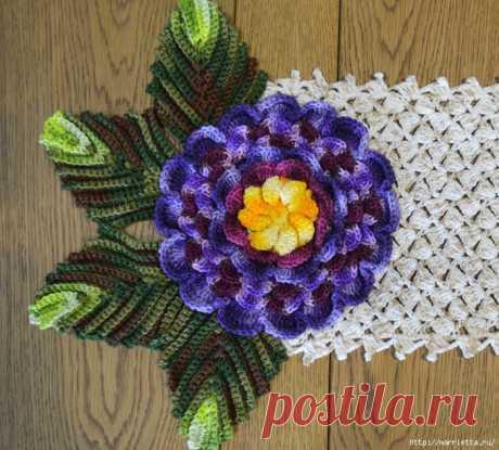 Декоративная салфетка-дорожка с цветами крючком
