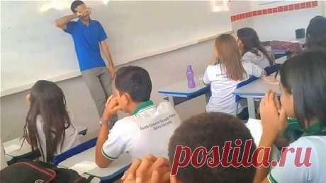 Дети решили помочь своему учителю. Когда он увидел шкатулку, то не сдержал слёз! Бразильский учитель Бруно Рафаэль де Пайва (Bruno Rafael de Paiva), почти два месяца не получал зарплату, а друзья помогали финансами, чтобы содержать семью. Хоть и учитель работал там...