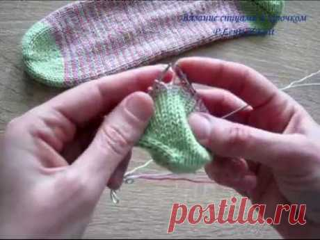 Change of color strips without broaches in circular knitting by spokes