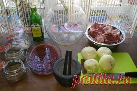 Брусничный маринад для шашлыка.  На 3 кг мяса потребуется:  1. Брусничный соус 500г ( можно купить готовый или замешать бруснику в блендере) 2. Лук 1-2 кг или луковый сок 200-300г. 3. Соль ( 1 ч/ложка на 1 кг мяса) 4. Перец или смесь перцев по вкусу, я добавил ст/ложку. 5.Прованские травы по желанию 1-2 ч/ложки 6.По желанию можно смело использовать смесь для шашлыка. Копчёную паприку тоже по желанию. 7. 1.2 ст/ложки оливкового или подсолнечного масла. 8. Полученный маринад...