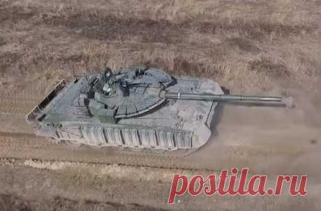 """Модернизированный танк Т-80БВМ с усиленной защитой Небезынтересная фотография модернизированного танка Т-80БВМ, оснащенного, помимо комплекта динамической защиты """"Реликт"""" на башне, также новым комплектом навесной динамической защиты в """"мягких"""" контейнерах по бортам корпуса. До последнего времени данная """"мешочная"""""""