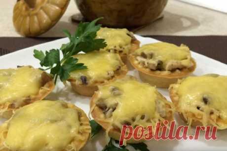 Курино-грибной жульен в тарталетках, рецепт с фото Тарталетки можно купить в магазине, но щепетильные хозяйки, у которых много времени, могут их приготовит сами из песочного теста.