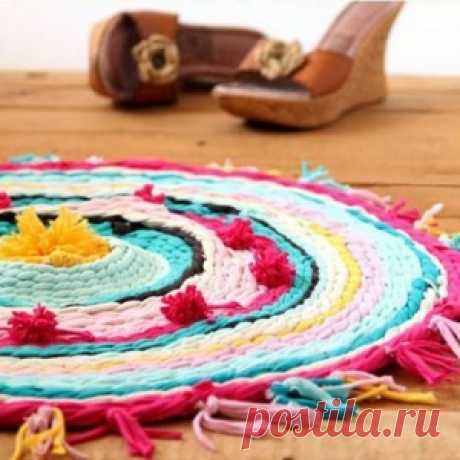 All ingenious is simple! A bright rug from old t-shirts