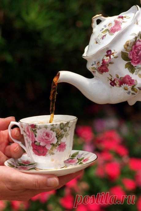 Я приглашаю Вас на чай!  Какой Вы любите - с душицей,с липой? Что? Вы не знаете?Как это может быть? Что ж,расскажу я Вам про это волшебство - садитесь ближе... И... послушайте внимательно меня:  Чай с мятой успокоит Вашу душу, Корица и ваниль наполнят Вас теплом, На нежность и любовь душица Вас настроит, Даст силы иван-чай и терпкий зверобой...  А,может,пряностей добавить для изыска? Что скажете?Восточный привкус чая Вам знаком? В пиале,с молоком - горячий и душистый... Ил...