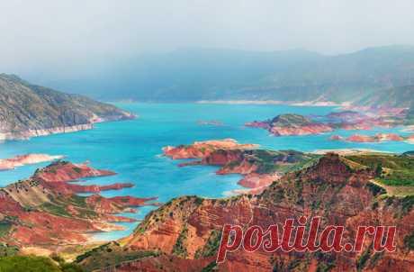 Прозрачные ледниковые озера среди белеющих снежными шапками семитысячников — таким предстает Таджикистан на аэропанорамах. Взгляните с высоты птичьего полета на эти величественные, окутанные легендами пейзажи