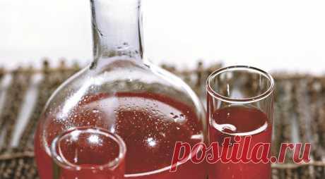Быстрая настойка Клюковка   ИНГРЕДИЕНТЫ   сахар – 1/2 стакана водка – 1 л клюква – 200 г    ПОШАГОВЫЙ РЕЦЕПТ ПРИГОТОВЛЕНИЯ  Шаг 1  Клюкву перебрать, вымыть и обсушить. Слегка размять с сахаром.   Шаг 2  Влить водку, перемешать…