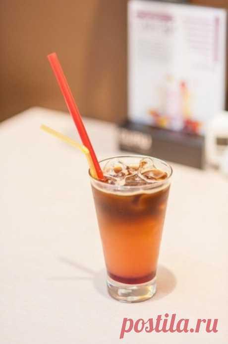 Грейпфрутовый кофе. Непревзойденное сочетание цитрусовых и кофе, является основой вкуса данного напитка. Сочность, душистость и тонкая горчинка грейпфрута является огранкой благородного вкуса свежего эспрессо. Сладость сиропа отвлекает внимание от горчинки данного сочетания и помогает разукрасить вкус. Напиток подается со льдом и трубочками, перед употреблением перемешивается.
