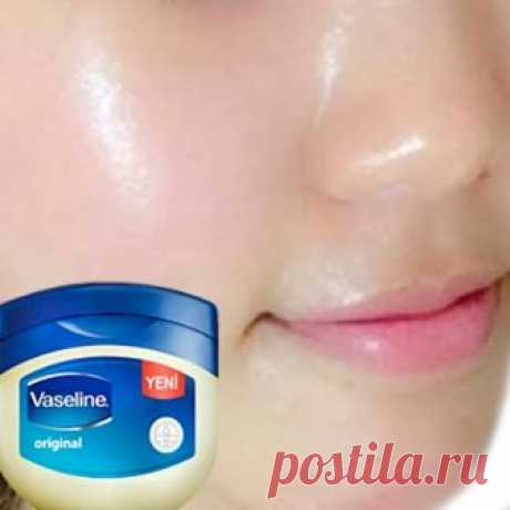 Вазелин и витамин Е для кожи лица: надежная защита от темных пятен и морщин Вазелин и витамин Е для лица способны творить настоящие чудеса. А это значит, что для продления молодости и здоровья  кожи вовсе не обязательно пользоваться дорогими средствами! Вы можете приготовить крем-маску в домашних условиях при минимальных затратах, и результат приятно удивит. Ночная маска питает вашу кожу, избавляет от темных пятен и морщин, пока вы спите! Невероятный эффект за короткое вре...