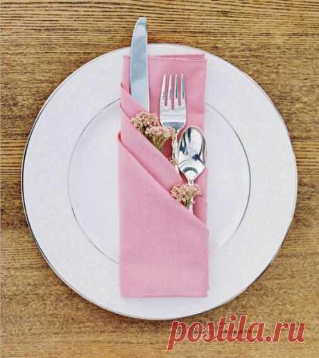 Салфетки, сложенные в виде трех кармашков, очень простой и красивый способ сервировки праздничного стола
