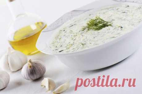 Рецепт пикантного чесночного соуса из йогурта Понадобится: ½ стакана йогурта натурального, ½ ч.л. горчицы, чеснок, зелёый лук, петрушка, соль.  Как приготовить пикантный соус из йогурта. Чеснок пропустить через пресс, перемешать с рубленой зеленью шнитт-лука и петрушки, горчицей, солью, влить йогурт и перемешать.