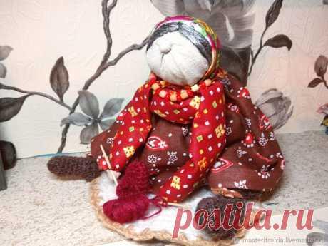 Создаем подарочную народную куклу «Бабка Характерная» Это вятская кукла, она не обережная и не игровая, она подарочная. Бабку дарили молодой женщине, недавно вышедшей замуж, со словами: «Баба без дела не сидит!».