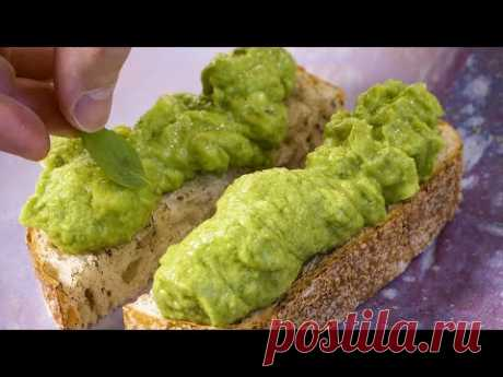 Просто вкусный бутерброд на завтрак с кремом из авокадо, малосольного огурца и плавленного сыра.