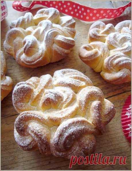 Воздушные кружевные булочки Необыкновенные, изящные, кружевные булочки... Перед такой красотой мало кто устоит!!! Кому понравились булочки, заходите посмотреть как легко можно сделать эти кружева... Справится даже ребенок))) Ингредиенты - 350 г муки - 80 г мягкого сливочного масла - 2 яичных желтка - 140 гр теплого молока - 3 столовые ложки сахара - 1 пакетик ванильного сахара - 10 гр дрожжей - Немного сладкого молока для смазывания булочек - Сахарная пудра ПРИГОТОВЛЕНИЕ В миску налить молока.…