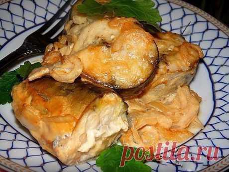 Скумбрия в горчичном соусе - не просто вкусная, а тающая во рту! - Волшебный мир кулинарии Скумбрию можно вкусно не только замариновать, но и запечь в духовке. Этот рецепт приготовления скумбрии я бы назвала одним из самых простых, но несмотря на простоту рыбка всегда получается очень вкусной. Скумбрия в горчичном соусе Продукты: скумбрия — 2 рыбки, репчатый лук — 1 шт., майонез — 2 ст. л., соевый соус — 3 ст. …