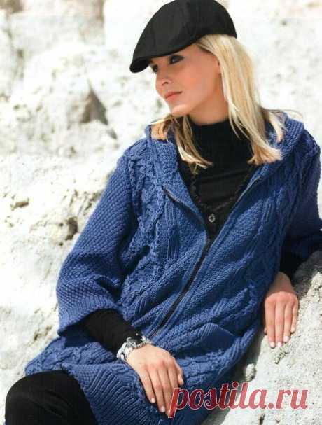 Пальто вязаное с капюшоном  Размеры: 38/40 (42/44) 46/48  Вам потребуется: 950 (1000) 1050 г синей пряжи Merino Extrafein (100% мериносовой шерсти, 125 м/50 г): прямые и круговые спицы № 4,5: черная двухсторонняя застежка-молния длиной 75 см.  Резинка: попеременно 1 лиц., 1 изн. Крупный жемчужный узор: попеременно 1 лиц., 1 изн., смещая петли после каждого 2-го р. (= в каждом лиц. р.). Узор из кос (из 47 п.): вязать по схеме, на которой приведены только лиц. р., в изн. р. ...