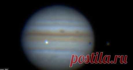Астрономы зафиксировали столкновение Юпитера с неизвестным объектом Астрономы-любители из разных стран зафиксировали на камеру момент столкновения Юпитера с неизвестным объектом. Об этом сообщает Science Alert. Инцидент произошел 13 сентября, когда астрономы следили за прохождением по поверхности планеты тени ее спутника Ио. В определенный момент наблюдатели увидели яркую вспышку. Сделать снимки удалось астрономам Харальду Палеске из Германии, Хосе Луис Перейре из Бразилии...